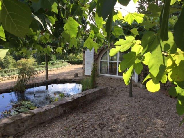 Uitzonderlijk mooi huis met adembenemend uitzicht - Larochemillay - Domek gościnny