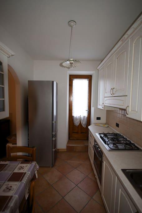 Cucina e porta finestra verso il cortile
