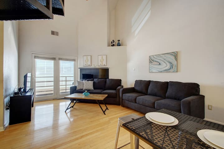 ♥ of Downtown w/free parking! Sleeps 10 in 7 beds♥