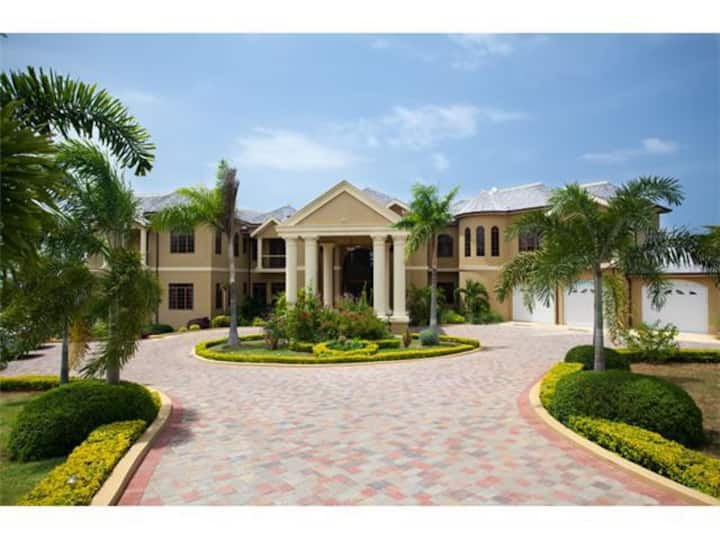 MAGNIFICENT MANSION FULLY STAFF IMMACULATE SERVICE