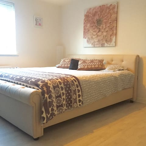 Lovely SuperKingsize bed +ensuite - Swindon - Apartamento
