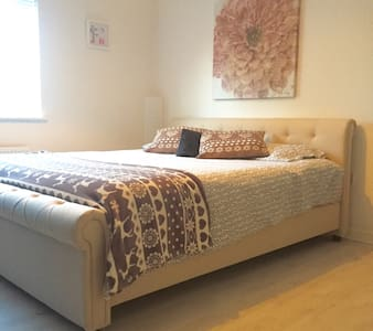 Lovely SuperKingsize bed +ensuite - Swindon