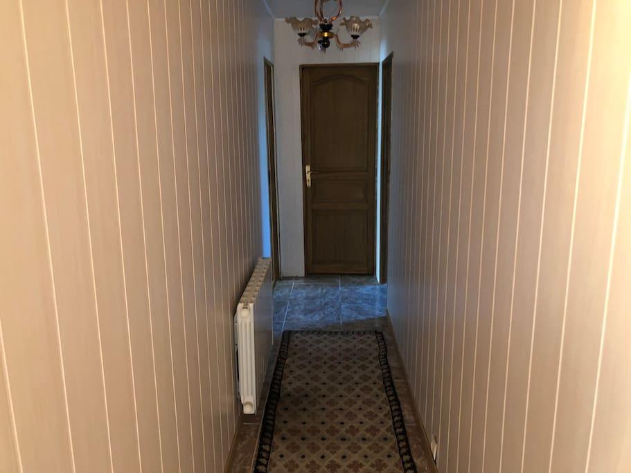 Couloir avec la porte pour les WC