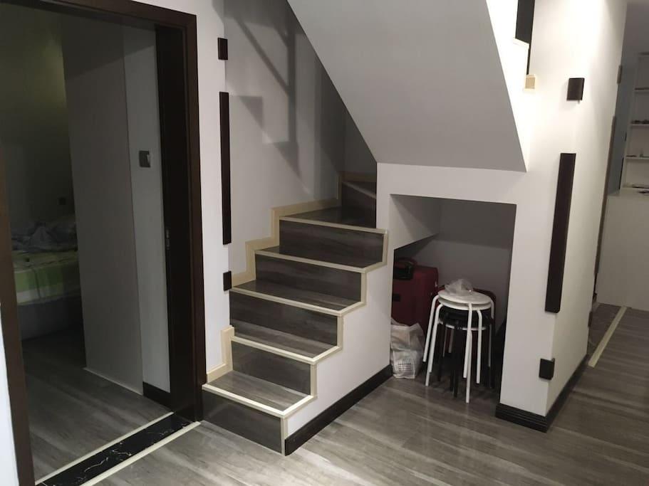 小小厅,阁楼入口