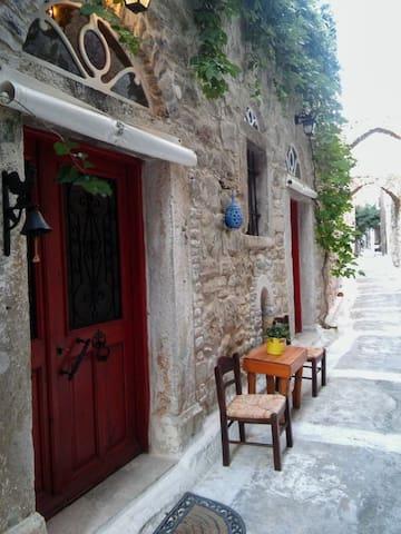 Δίπατο θολωτό σπίτι-Two storey house with domes