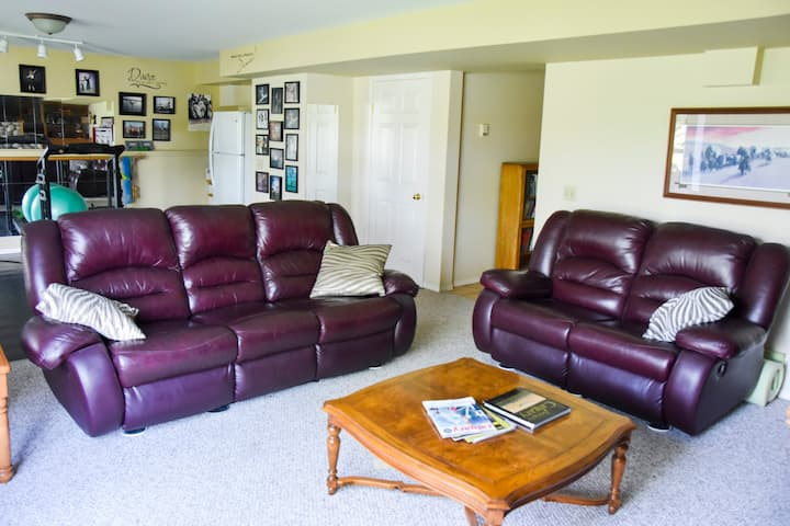 Comfortable & Private Basement Suite near Airport