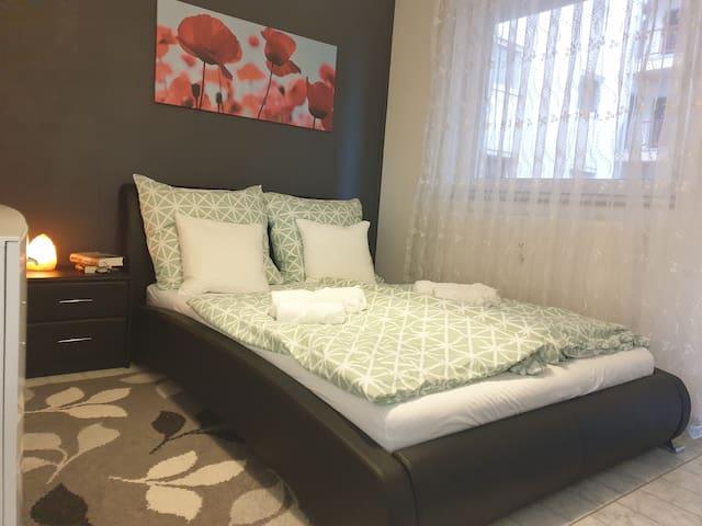 2. Schlafzimmer mit Queensize Bett