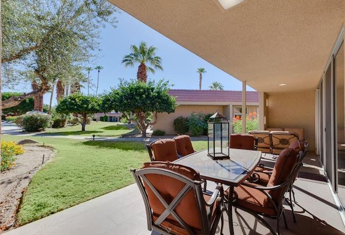 Spacious Mid-Century 2bed/2.5ba Indian Wells home