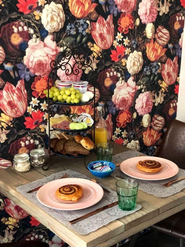 S ochtends word uw ontbijt op de kamer gebracht..in de zomer maanden kunt u ook in de tuin of onder de ruime overkapping uw ontbijt of kopje koffie nuttigen...