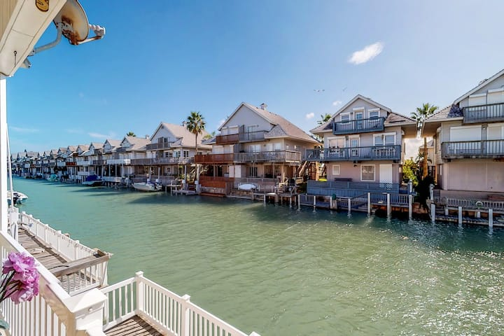 Waterfront home w/shared pool/hot tubs, tennis, fitness center