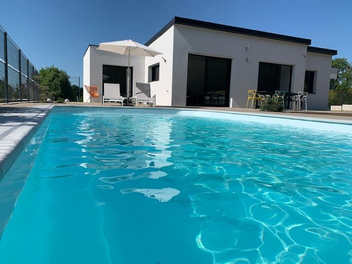Villa neuve plain-pied piscine couverte