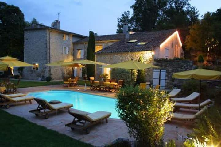 Studio in Forcalquier, with shared pool, enclosed garden and WiFi