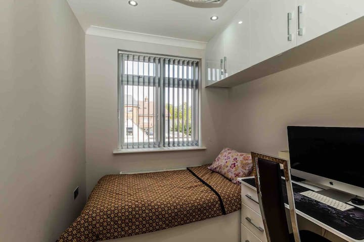 Single bedroom near to town centre
