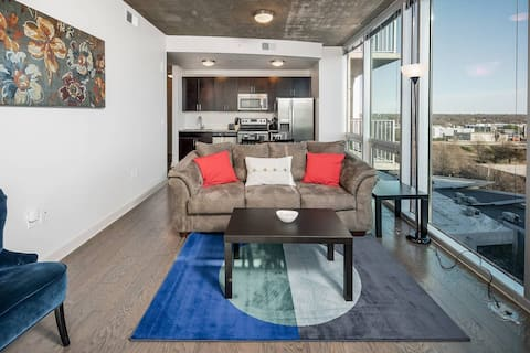 Stunning 2BR Apt High-Rise in Uptown
