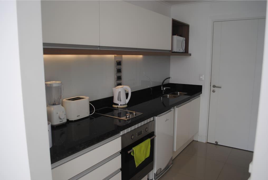 Cocina Completa equipada para 4 personas. Incluye micro-ondas, pava eléctrica, tostadora, cafetera y licuadora