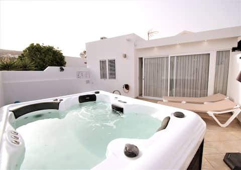 Bungalow Bissau, pool and jacuzzi in Montaña Roja