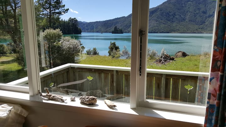Nydia Bay cottage beside the sea in Pelorus Sound