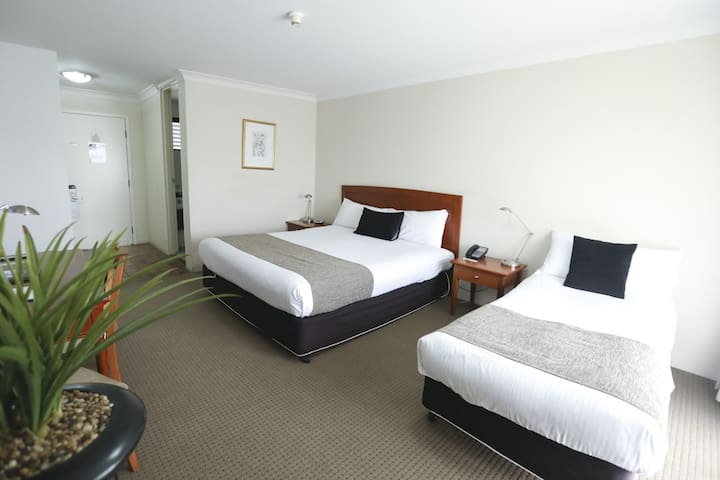 Orana Motel - Corporate King Bed Twin Room