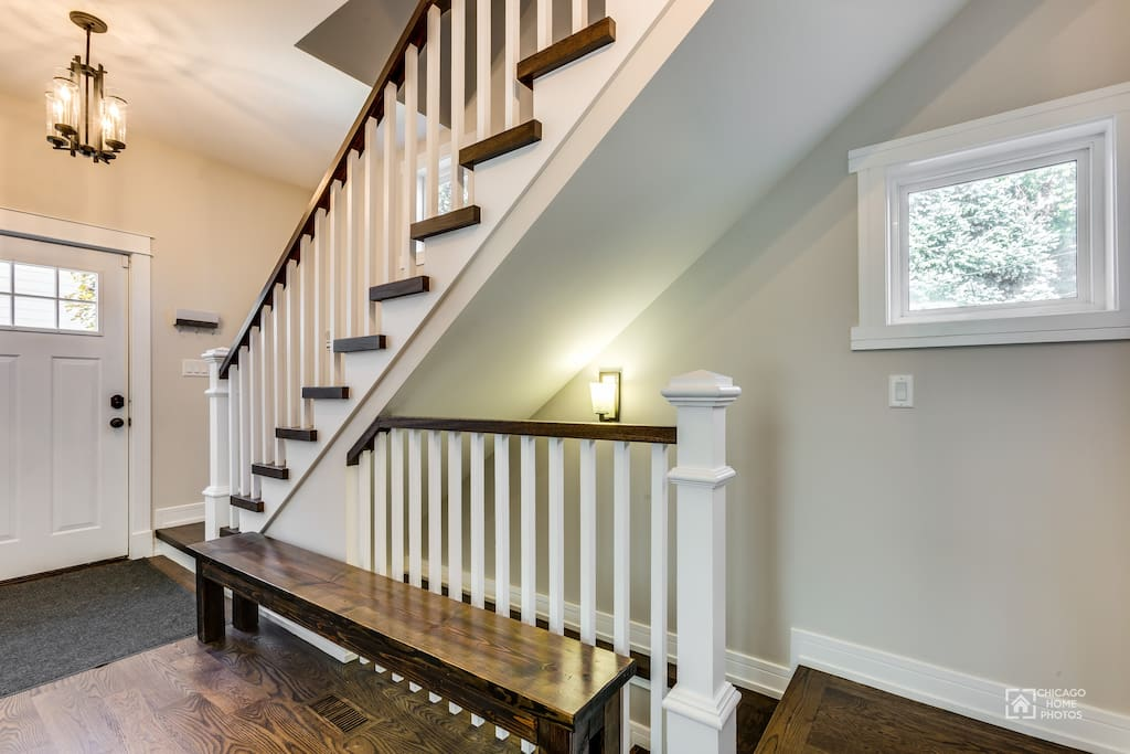 Entry hallway with sitting bench and closet