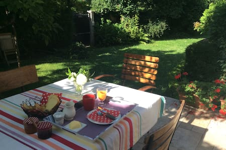 Guest House : LES BOUVREUILS - Vaucresson - Penzion (B&B)