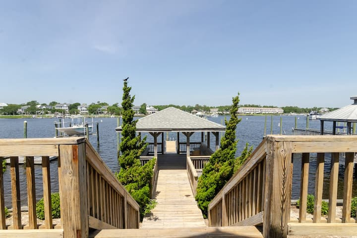 Boat Dock Bungalow-Escape at this canal retreat with 2 boat slips and a pirvate gazebo!!
