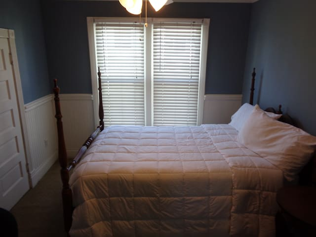 Full Size Double  bed in Historic Downtown - Whittier - House