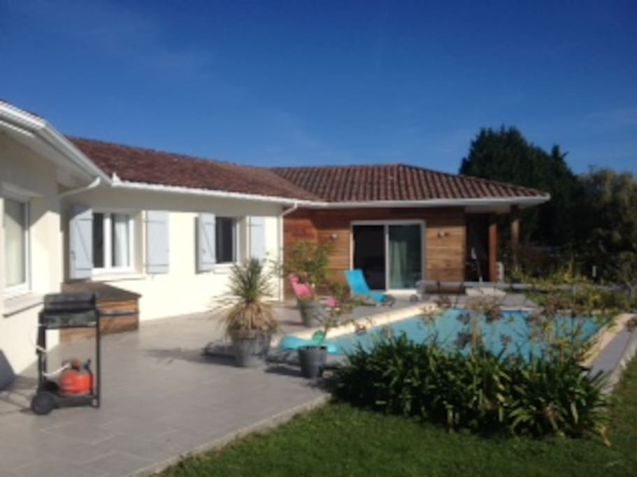 La terrasse avec sa Plancha, sa piscine
