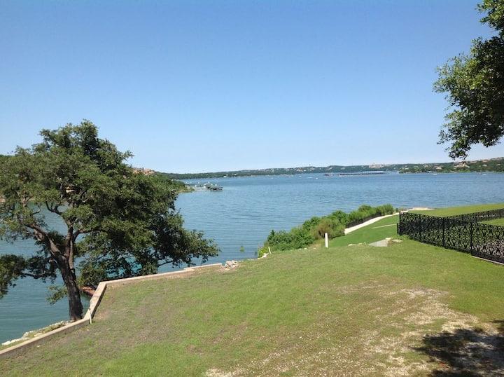 Lake Travis Waterfront  Retreat/Boatdock/Hot tub