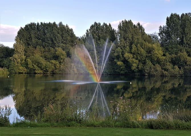 Cotswold 'Rainbow Lodge' with stunning lake views