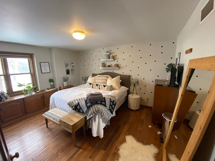 Polka dot Spacious & Luxurious king sz shared home