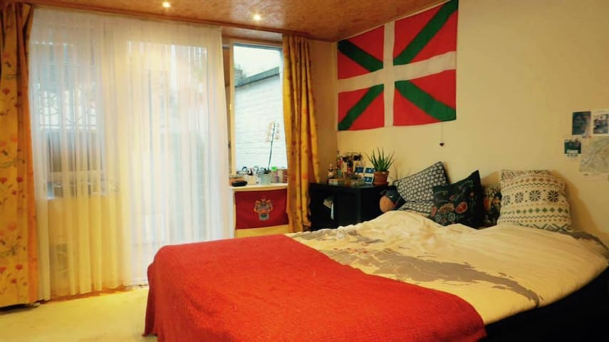 Cosy room(+private bathroom)in a traditional house - Saint-Josse-ten-Noode - Apartemen