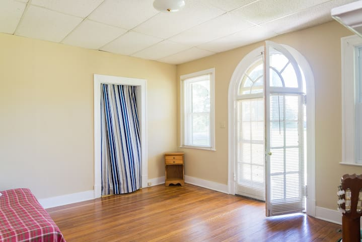 Sunny room,own entrance,shared bath, top location