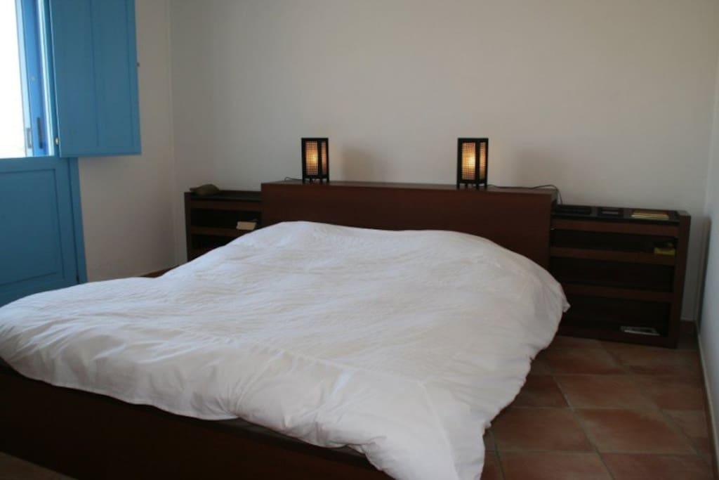 geräumiges Doppelschlafzimmer mit Balkon und Klimaanlage