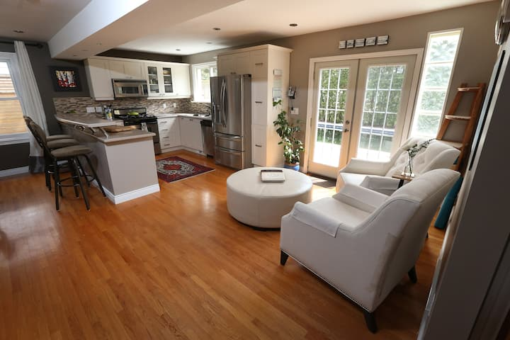 Exec house:3BR/6ppl with hot tub & salt water pool