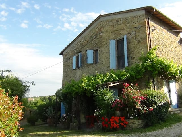 Typical old stone farmhouse with large garden - Chianni - บ้าน