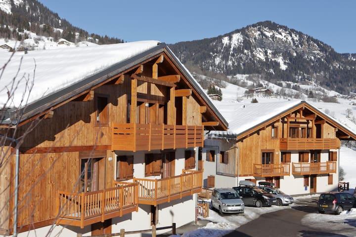 Appartement Cosy au Pied des Pistes | Local à Ski + Piscine Intérieure Chauffée + Bain à Remous
