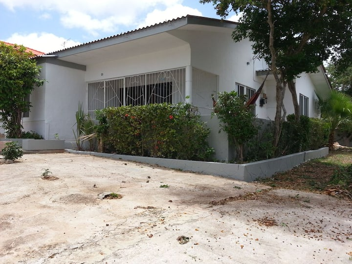 Spacious 5BR house close to Mambo Beach
