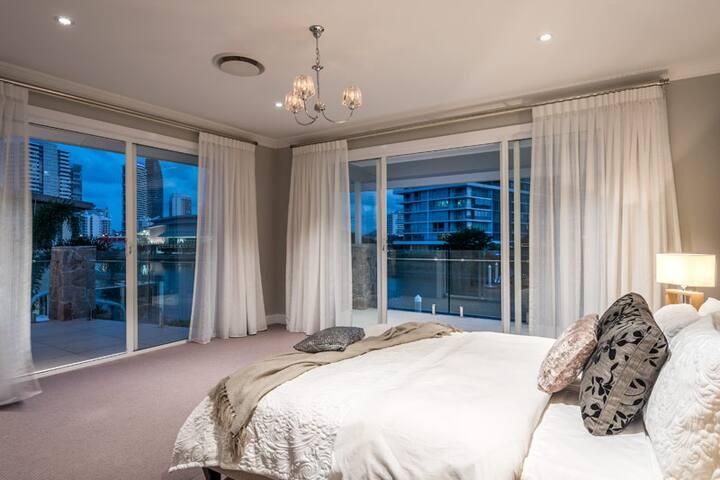 Stunning 5 Star Waterfront Home - Broadbeach  - Maison