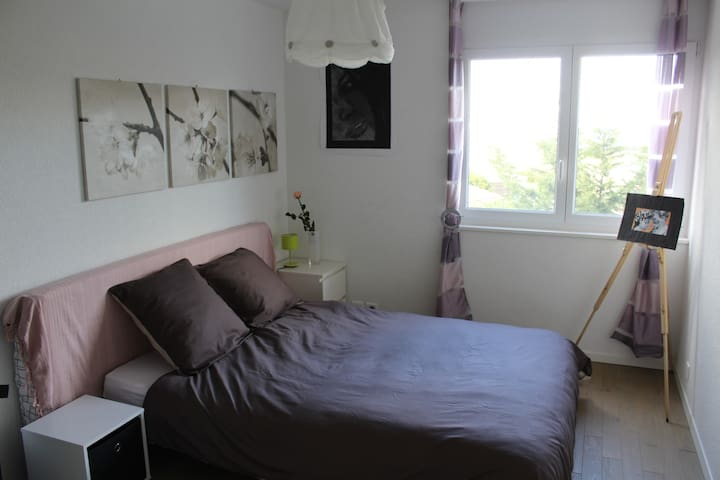 nice room in flat modern - Cortaillod - 旅舍