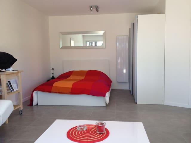 coin chambre, lit double, armoire et rangements