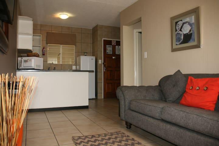 Jozi Apartments - Radiokop Unit 1C - Roodepoort - Appartement