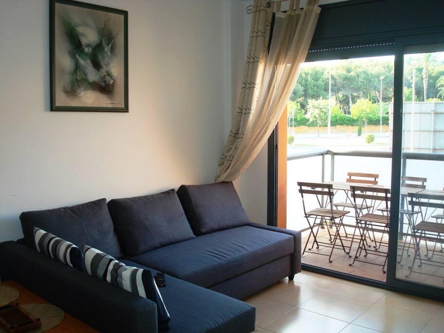 Sofa para cinco personas convertible en 5 segundos en cama de 140 cm de ancho. Se aprecia la salida directa a la terraza.