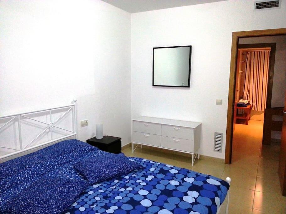 Gran habitación con cama de 160 cm de ancho y capacidad para albergar una cuna y una cama extensible