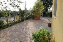 Sunny private room/bath & garden/near Lamborghini