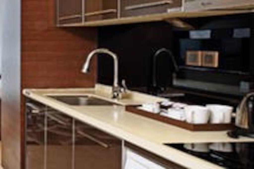 厨房:电磁炉、微波炉、电热水壶、消毒碗柜、、冰箱deng