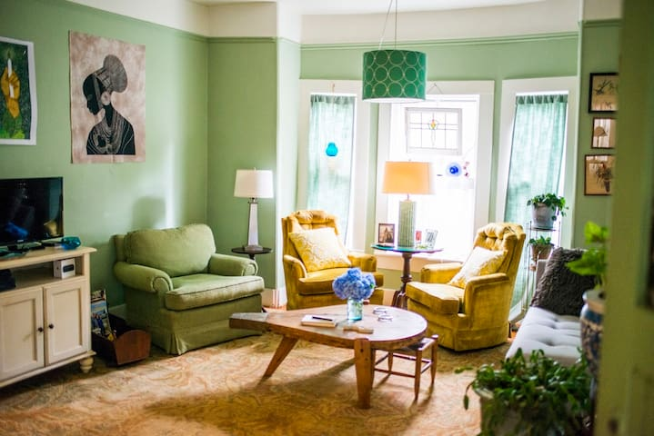 Family room. Cable tv, smart tv and Apple TV. Board/card games. Magazines and books for enjoying!
