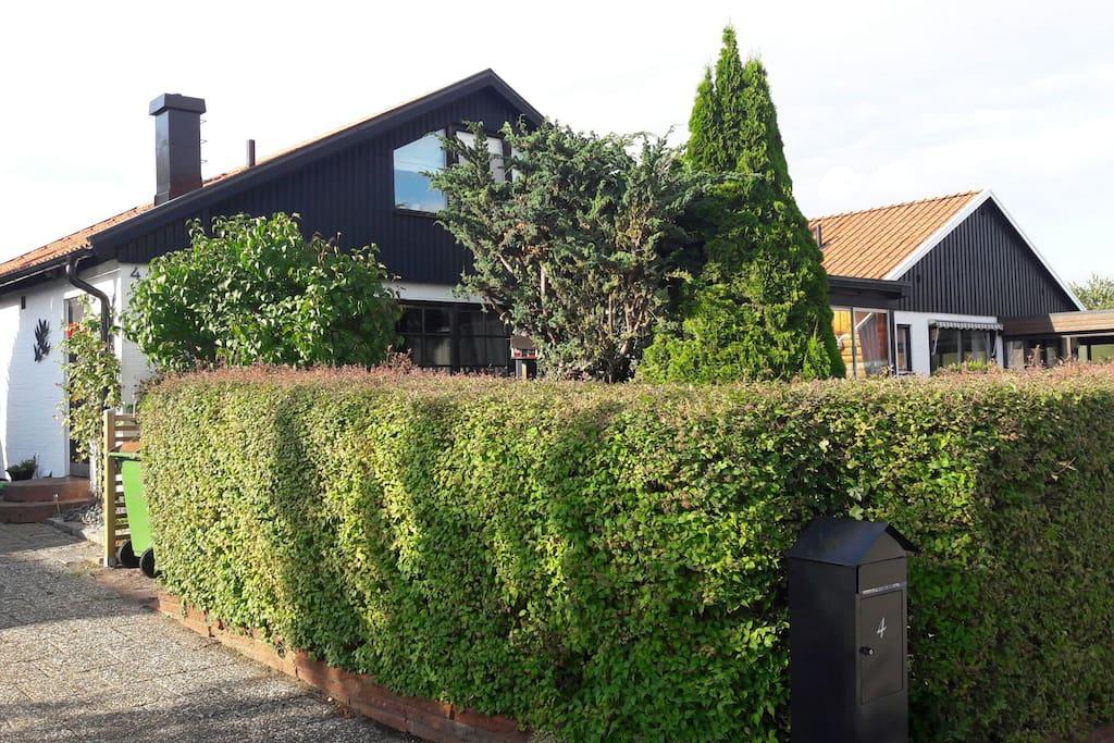 framsida hus delvis insynsskyddad
