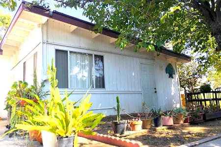 FURNISHED PRIVATE GUEST HOUSE - Los Angeles - Casa