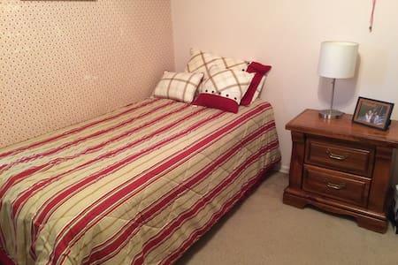 Guest Bedroom in Beautiful, Cozy Home! - Greensboro - Haus
