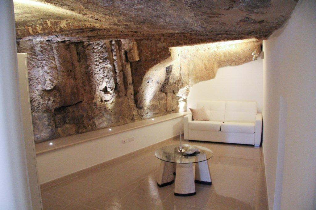un ipogeo naturale diventa una rilassante camera